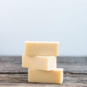 morceaux empilés de savon détachant
