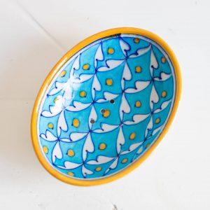porte savon artisanale au rebord jaune avec fond bleu ciel