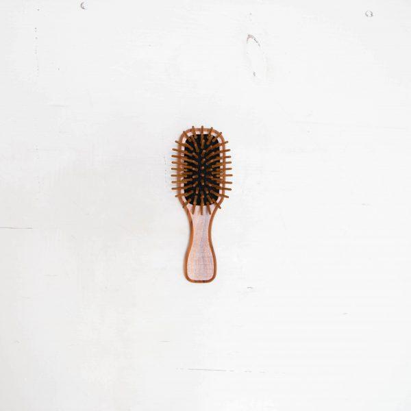 brosse à cheveux en bois d'olivier sur fond blanc